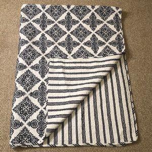 Elise&James reversible navy/white quilt